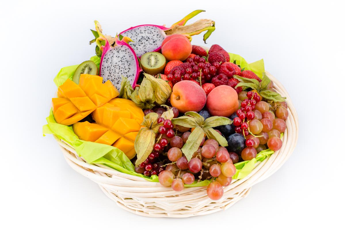 Brunch-avec-corbeille-de-fruits